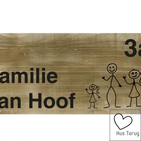 Naambordje aan de voordeur van steigerhout