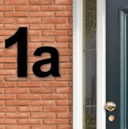 zwart huisnummer